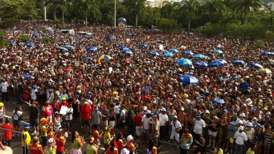 Mistura de Beatles com marchinhas de carnaval arrasta multidão ao Aterro do Flamengo