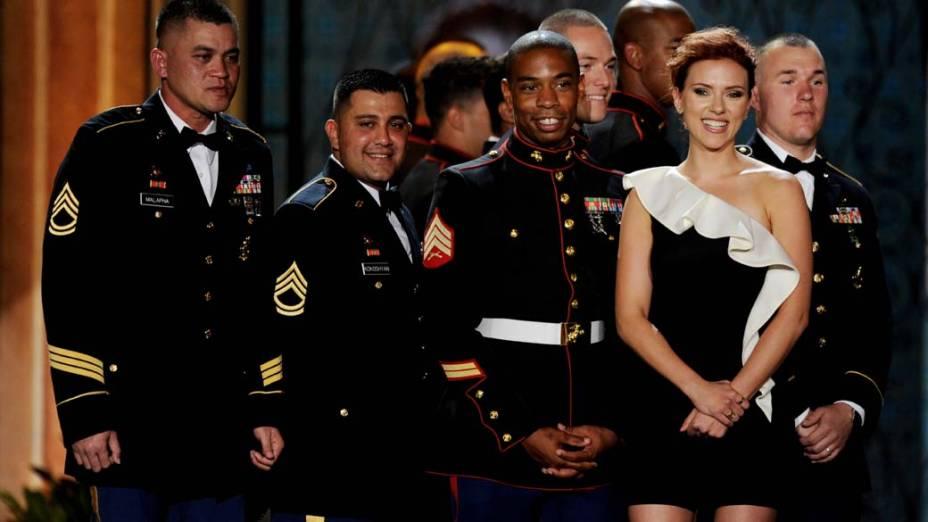 Scarlett Johansson com membros das forças armadas dos Estados Unidos, nos estúdios da Sony em Culver City, Califórnia, em junho de 2011