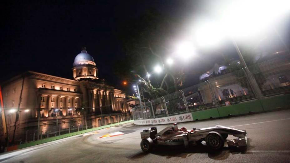 O piloto alemão Michael Schumacher treina em Cingapura, onde acontece domingo o Grande Prêmio de Formula 1