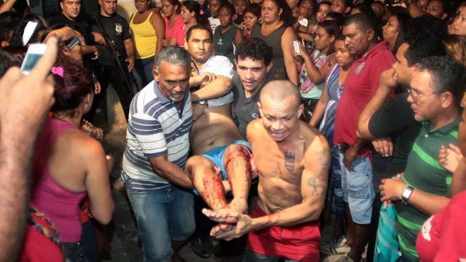 Familiares ajudam no resgate de detento ferido durante rebelião