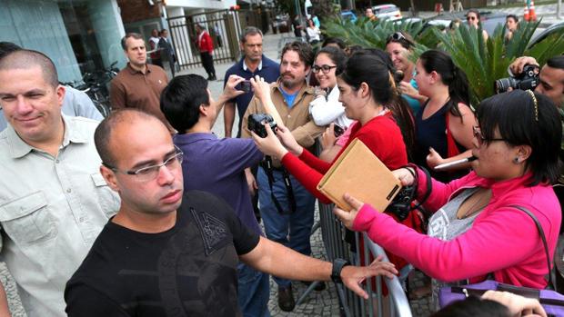 Elenco de Se Beber, Não Case! atendem fãs na porta do hotel, no Rio de Janeiro