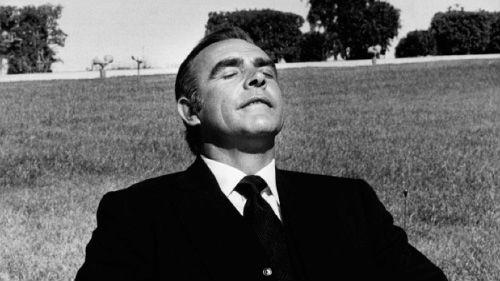 Cochilar entre as tomadas era um dos hábitos de Sean Connery registrados pelas lentes de Terry ONeill