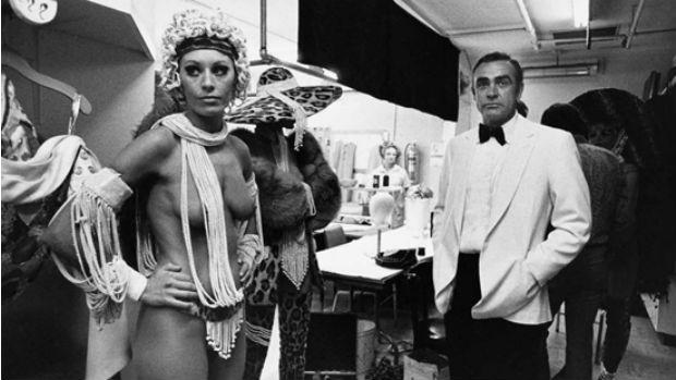 Connery também adorava posar entre as dançarinas de Las Vegas