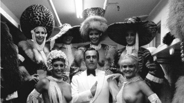 Mais uma vez, Connery entre as dançarinas de Las Vegas