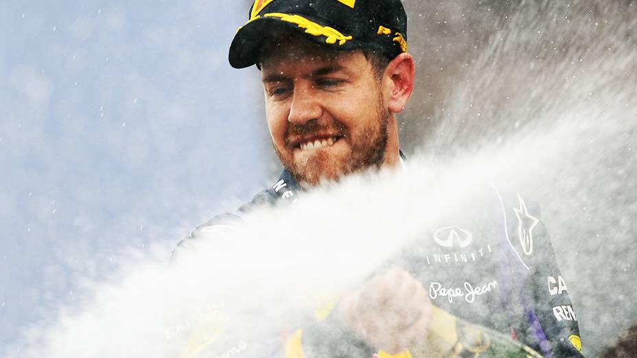 Sebastian Vettel joga champanhe na torcida após vencer o circuito de Interlagos, em São Paulo