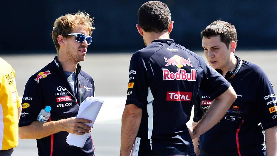 Sebastian Vettel, da Red Bull, caminha no autódromo de Interlagos, em São Paulo
