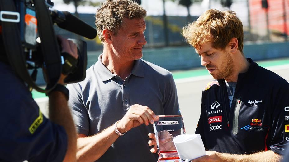 Sebastian Vettel, da Red Bull, recebe troféu BBC Sport de David Coulthard no autódromo de Interlagos, em São Paulo