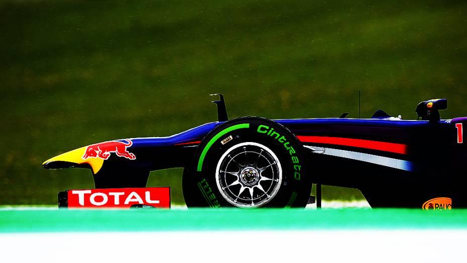 Após forte chuva e com a pista molhada, Sebastian Vettel optou por pneus intermediários