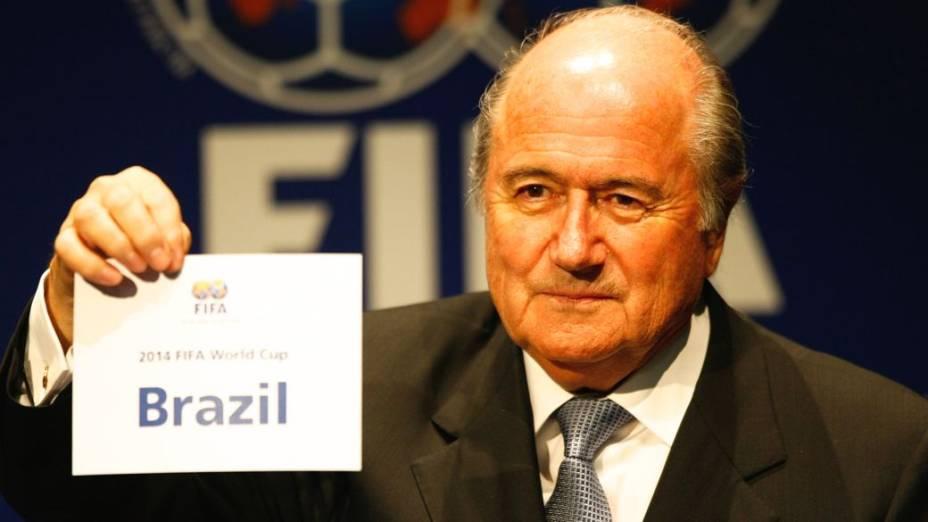 Joseph Blatter faz o anúncio oficial do Brasil como sede da Copa de 2014, na sede da Fifa, na Suíça