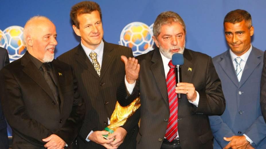 Paulo Coelho, Dunga, Lula e Romário no anúncio oficial do Brasil como sede da Copa de 2014, na sede da Fifa, na Suíça