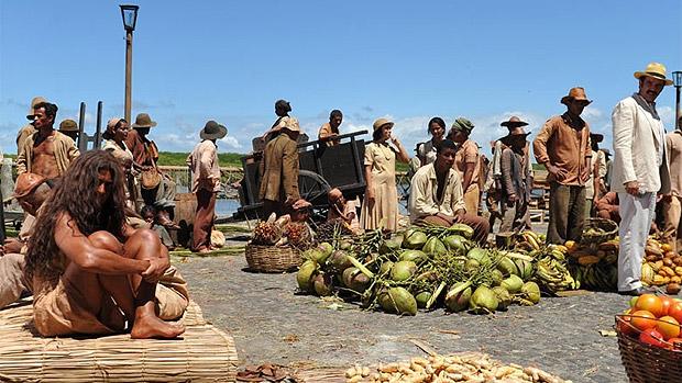 Segundo a Globo, a cena em que Nacib (Humberto Martins) conhece Gabriela (Juliana Paes) em uma feira contou com 150 figurantes locais