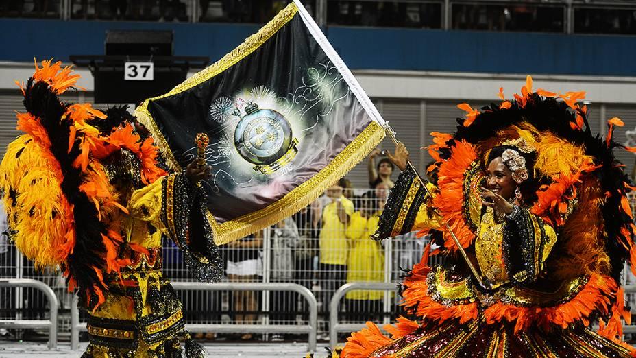 Casal de mestre sala e porta-bandeira no desfile da Rosas de Ouro