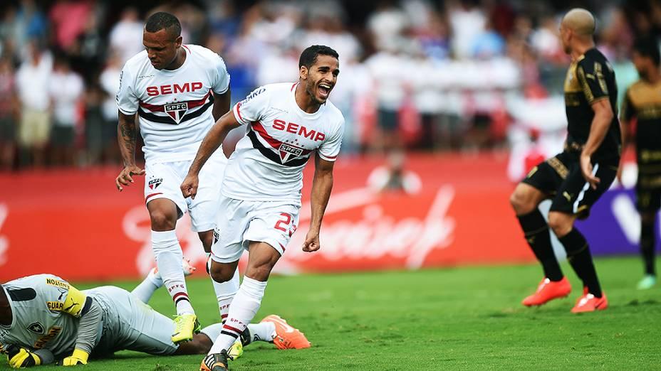 Jogador Douglas, do São Paulo, comemora o segundo gol contra o Botafogo, pelo Campeonato Brasileiro no Morumbi