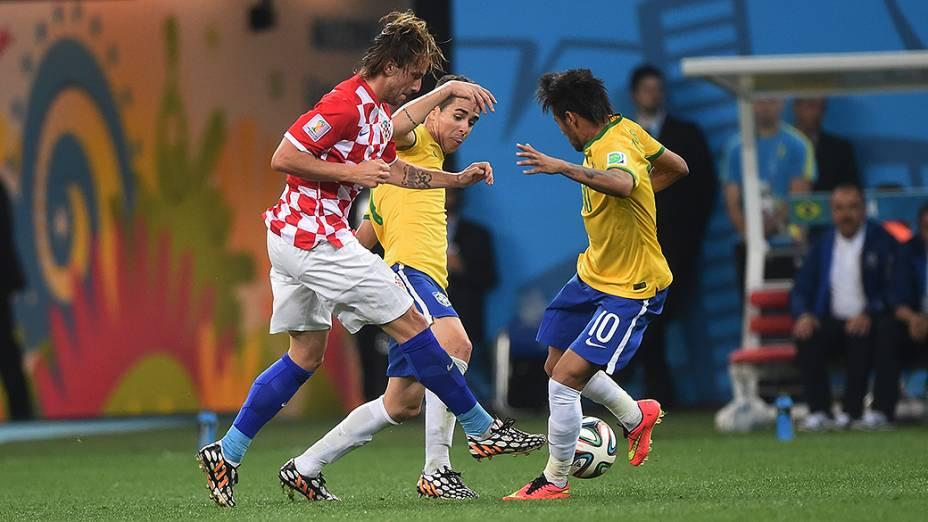 Oscar e Neymar marcam o jogador da Croácia no Itaquerão, em São Paulo