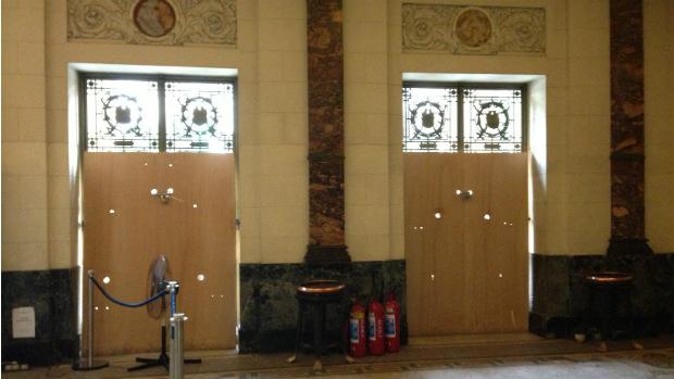 A Alerj manteve a proteção de madeira nas janelas e nas portas do prédio