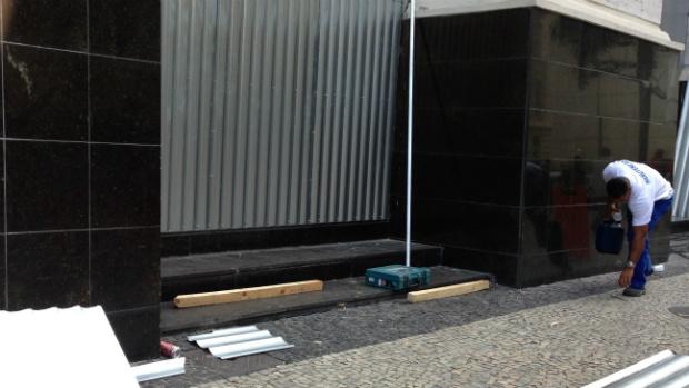 Banco do Brasil instalou chapas metálicas para proteger a fachada da agência destruída no último protesto