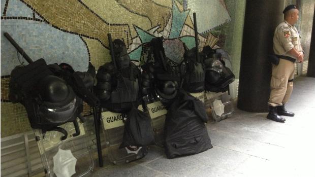 Equipamentos de proteção dos Guardas Municipais são mantidos na entrada da Câmara de Vereadores do Rio