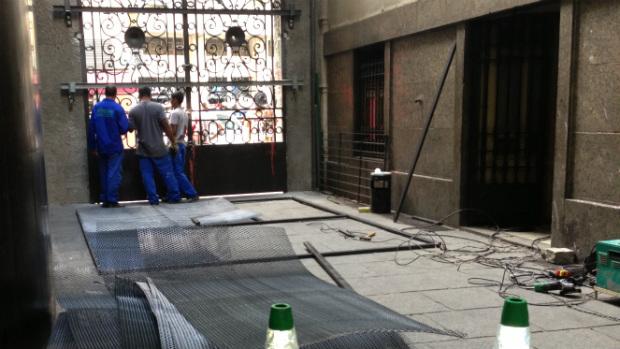Portão lateral da Câmara de Vereadores do Rio ganhou gradeamento e barras de ferro