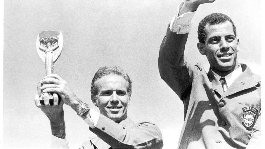 Segurando a Taça Jules Rimet, ao lado do capitão Carlos Alberto Torres, em desfile pela comemoração da conquista da Copa de 1970