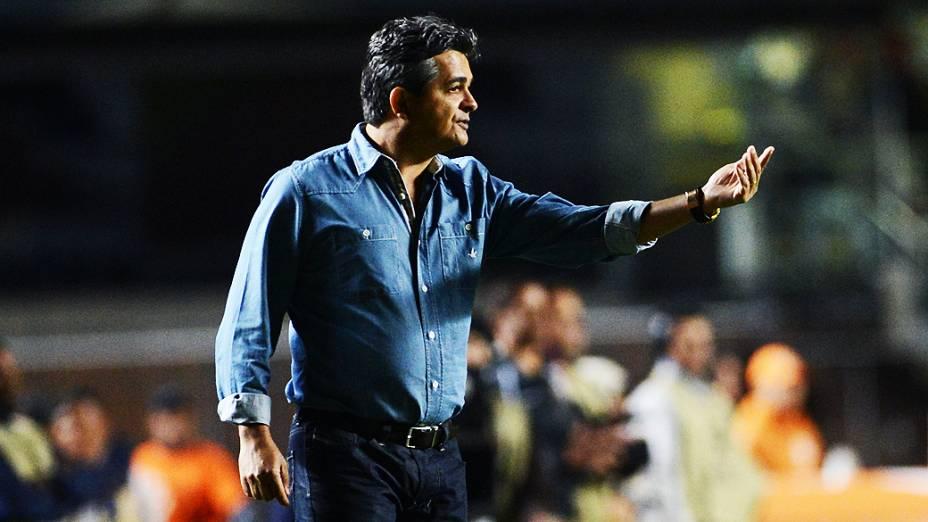 O técnico Ney Franco durante a partida contra o Atlético-MG no estádio do Morumbi