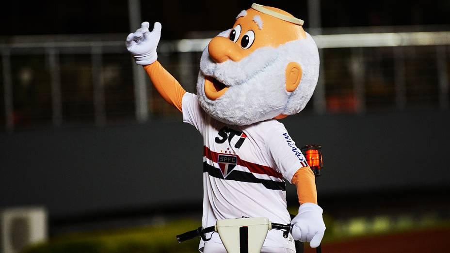 Mascote do São Paulo agita a torcida tricolor no estádio do Morumbi