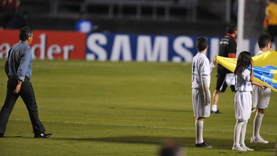 O técnico Ney Franco no estádio do Morumbi