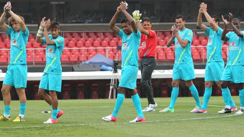 Jogadores da seleção aplaudem a torcida no treino de quinta-feira, no Morumbi