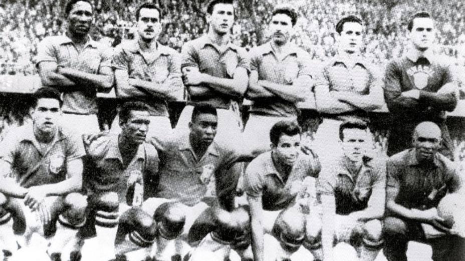 Seleção brasileira, campeã mundial em 1958: em pé, Djalma Santos, Zito, Bellini, Nílton Santos, Orlando e Gilmar; agachados, Garrincha, Didi, Pelé, Vavá, Zagallo e Mário Américo