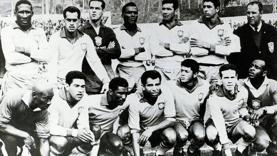 Seleção brasileira, campeã mundial em 1962: em pé, Djalma Santos, Zito, Gilmar, Zózimo, Nílton Santos e Mauro; agachados, Mário Américo, Garrincha, Didi, Vavá, Amarildo e Zagallo