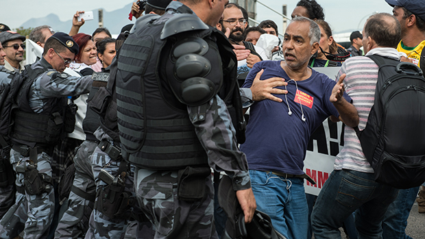 No Rio de Janeiro, protesto de professores na chegada da seleção brasileira