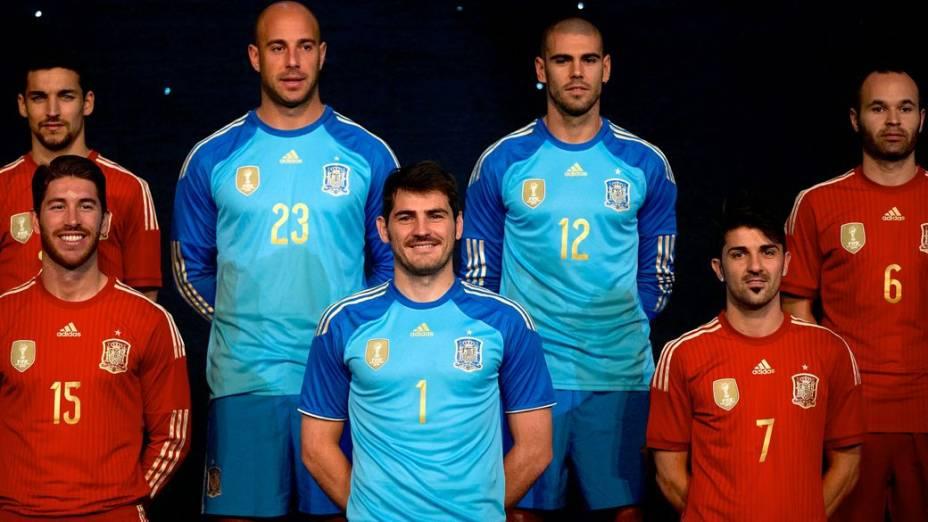 Integrantes da seleção espanhola na apresentação do uniforme da equipe para a Copa de 2014, num evento em Madri