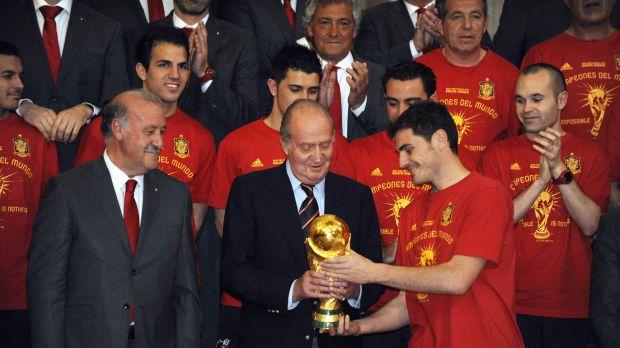 Depois da conquista da Copa, o rei da Espanha ganhou do capitão Casillas uma camisa autografada por todos os atletas