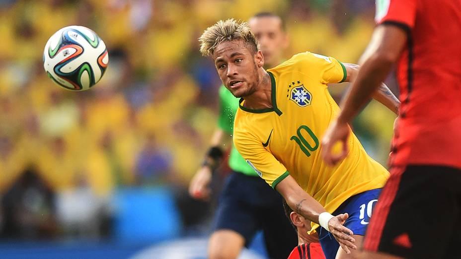 Neymar cabeceia a bola contra o gol do México no Castelão, em Fortaleza