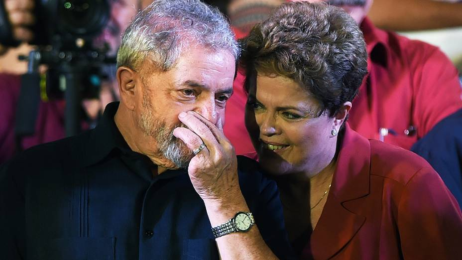 A presidente e candidata à reeleição pelo PT, Dilma Rousseff junto com o ex-presidente Luiz Inácio Lula da Silva, durante comício em Campo Limpo, zona sul da cidade de São Paulo, na noite desta segunda-feira (29)