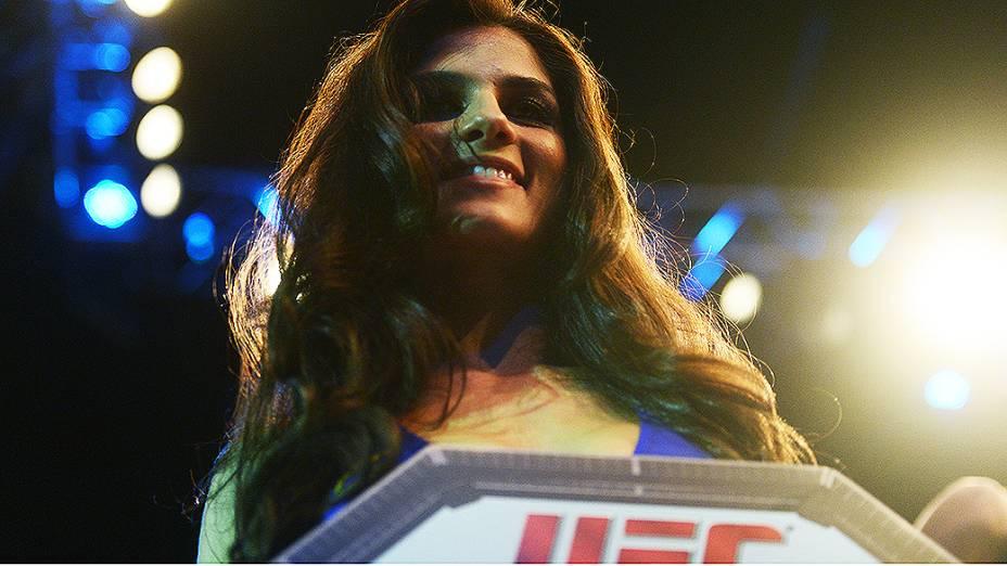 Aline Franzoi a ring girl brasileira do UFC São Paulo