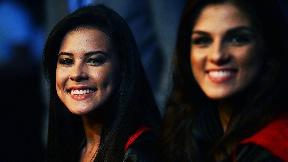 Camila Oliveira (à esq.) e Aline Franzoi as primeiras ring girls brasileiras oficiais do UFC estrearam na edição do evento em São Paulo, na noite de sábado (19)