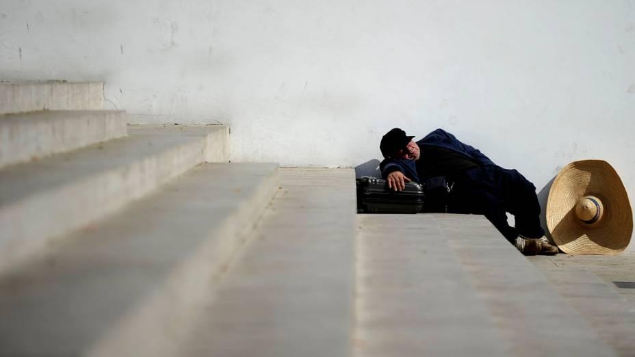 Morador de rua dorme em escadaria de Roma, na Itália