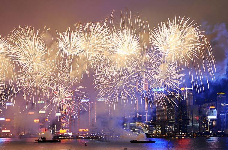 Queima de fogos no Victoria Harbour, em Hong Kong: anúncio da chegada do Ano Novo Lunar, nesta segunda-feira.