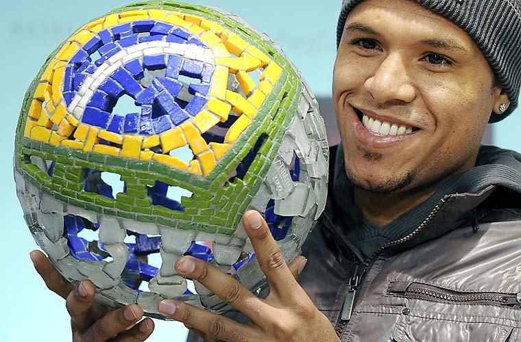Ainda na segunda-feira, o jogador de futebol Luis Fabiano ganhou o Samba Gold 2009, prêmio para os melhores jogadores brasileiros na Europa.