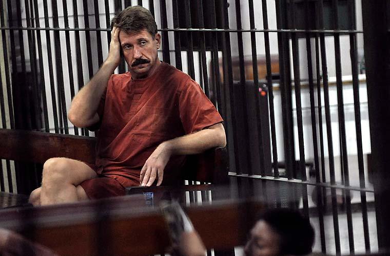 Também na terça, o russo Viktor Bout, o maior traficante de armas do mundo, foi visto em sua cela, na prisão de Bancoc.