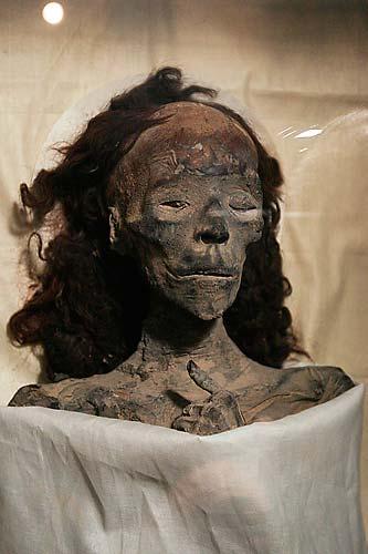 Múmia rainha Tiye, avó do faraó Tutancâmon, exposta no Museu Egípcio do Cairo, no Egito. Além da rainha Tiye, a múmia da mãe do faraó também está mostrada.