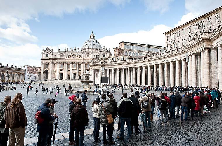 Após o anúncio do papa Bento XVI de que irá beatificar quatro santos, a Basílica de São Pedro ficou lotada de turistas, nesta sexta-feira.