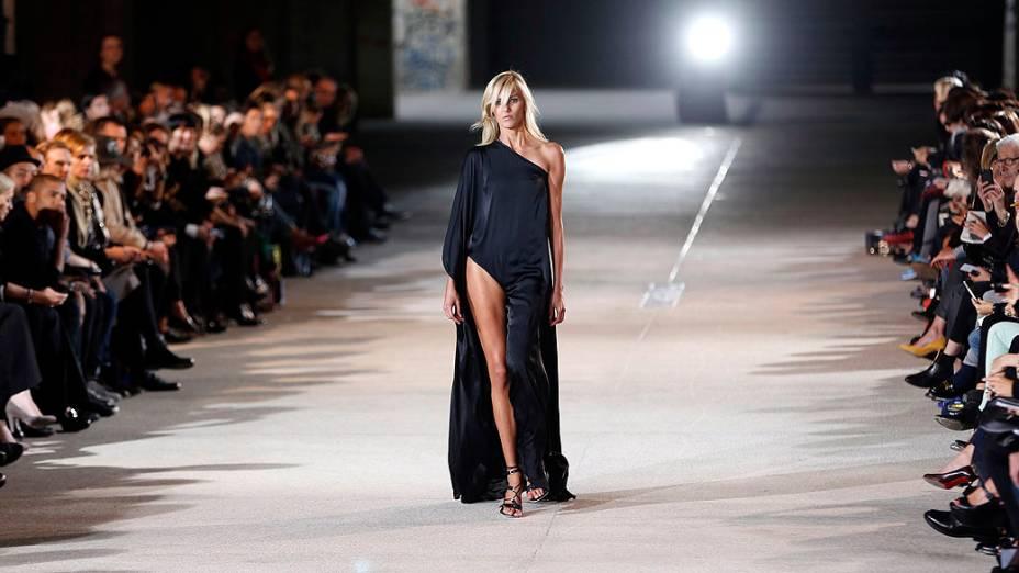 Modelo apresenta coleção de Anthony Vaccarello na Semana de Moda de Paris