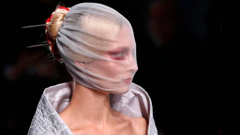 Modelo no desfile de Garteh Pugh na Semana de Moda de Paris