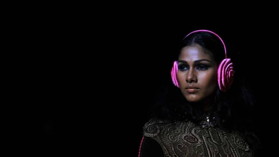 Modelo desfila criação do estilista indiano Sulakshana no último dia da Semana de Moda de Lakme em Mumbai