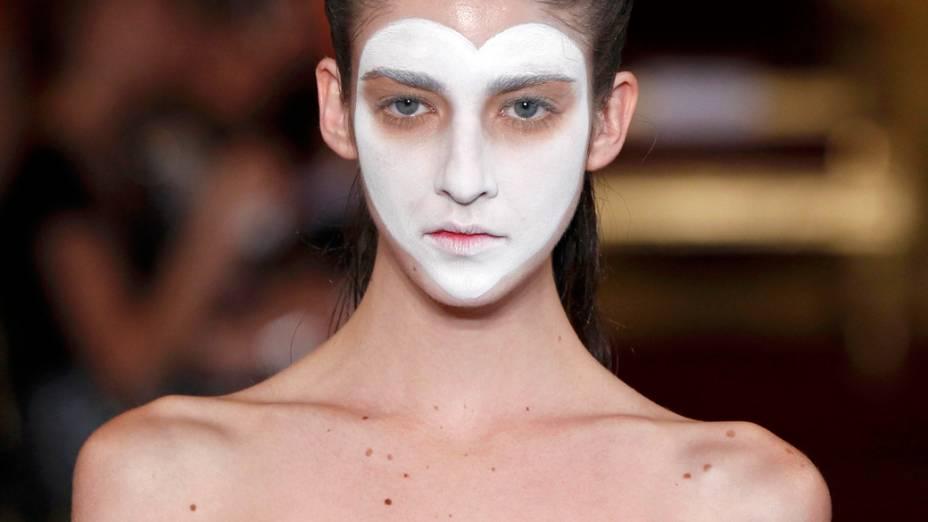 Modelo durante desfile de Vivienne Westwood na Semana de Moda de Paris, na França