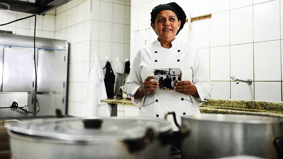 A cozinheira do Hotel Ana Angélica Silva Santos com o papa Francisco durante visita a Aparecida (SP) em 2007