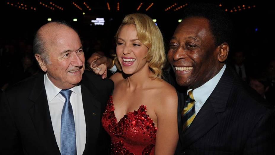 Sepp Blatter, Shakira e Pelé na cerimônia da FIFA, na Suíça