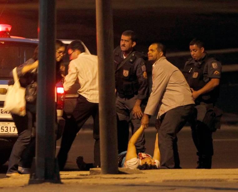 Vítimas são resgatadas durante sequestro de ônibus no Rio