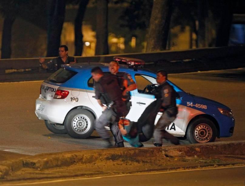 Policiais em ação durante sequestro de ônibus na Avenida Presidente Vargas, no centro do Rio